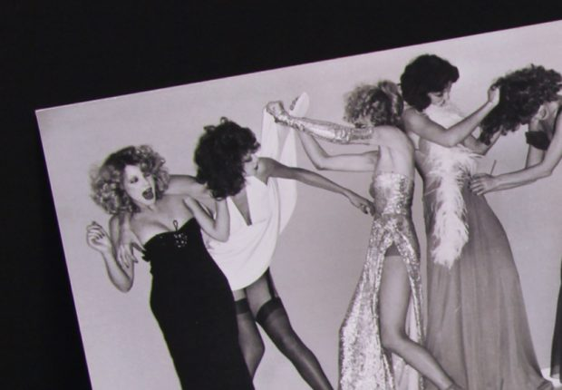 We work with Azzaro for their 50th birthday. For this occasion we draw in house's archives to find pictures of Helmut Newton playing with the fashion designer's dresses.